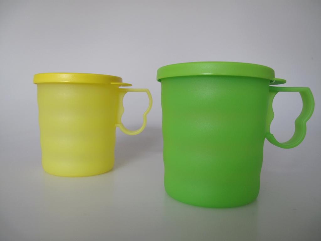 tupperware trinkbecher becher mit henkel deckel 2 350 ml gr n gelb ebay. Black Bedroom Furniture Sets. Home Design Ideas