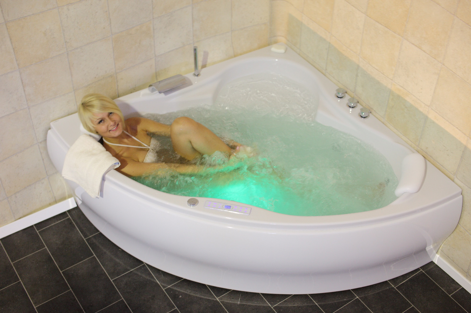 Jacuzzi tub 24 jets heating ozone led tv radio jacuzzi spa for Whirlpool einlage badewanne