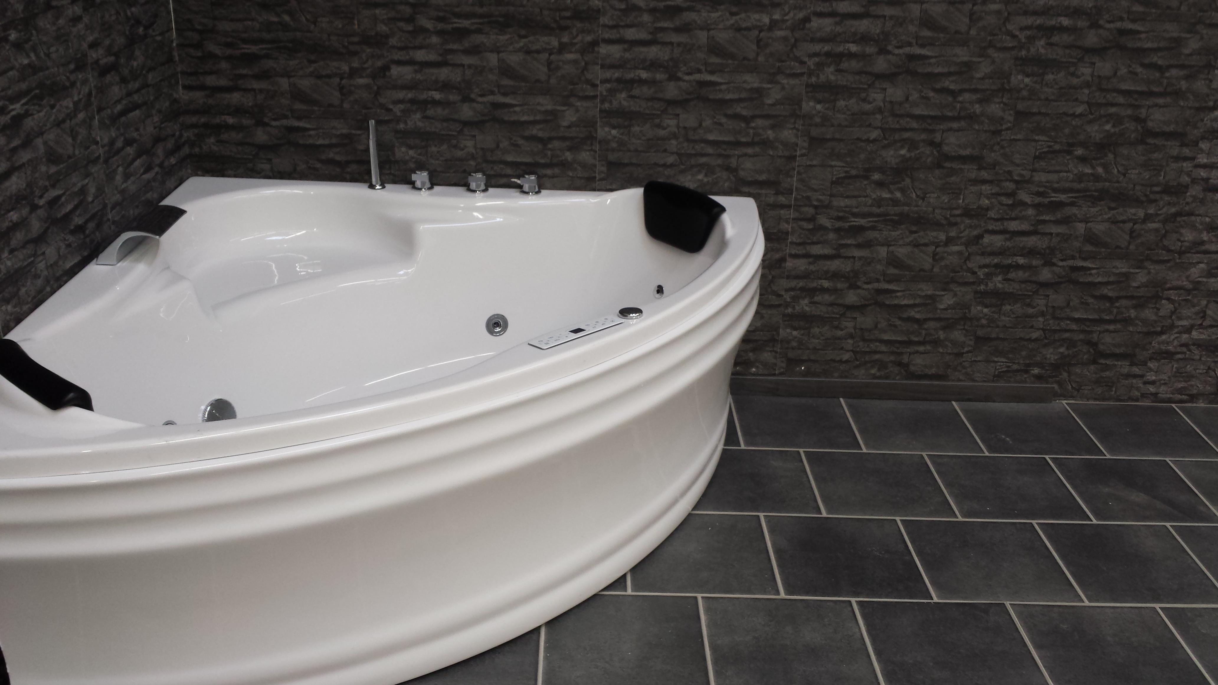 luna baignoire remous triangulaire avec 8 jets led. Black Bedroom Furniture Sets. Home Design Ideas
